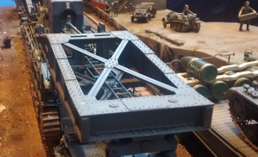 Auf dem Diorama wird der 60cm-Mörser Eva von zwei Tragschnabelwagen getragen und steht zum Transport bereit.
