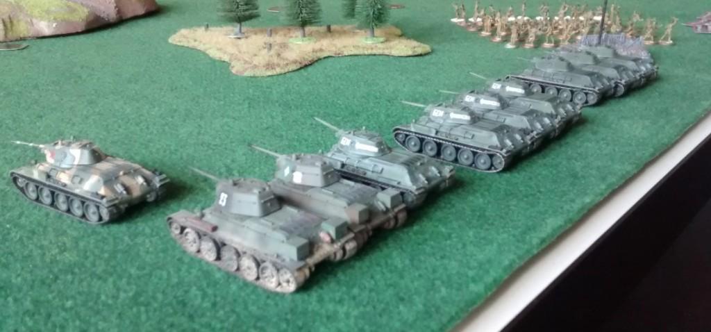 """Diese Angriffsgruppe in einem anderen Frontabschnitt weist eine Besonderheit auf. Der links stehende T-34/76 hat die Spieloption """"Senior Officer"""". Dies bedeutet, dass der T-34/76 mit Funk ausgestattet ist und der Kommandant während des Angriffs Unterstützung durch Flieger und Artillerie anfordern kann."""