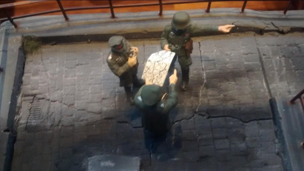 Befehlsausgabe: Offiziere orientieren sich an der Landkarte, stehen auf der Plattform des Kohlenkrans.