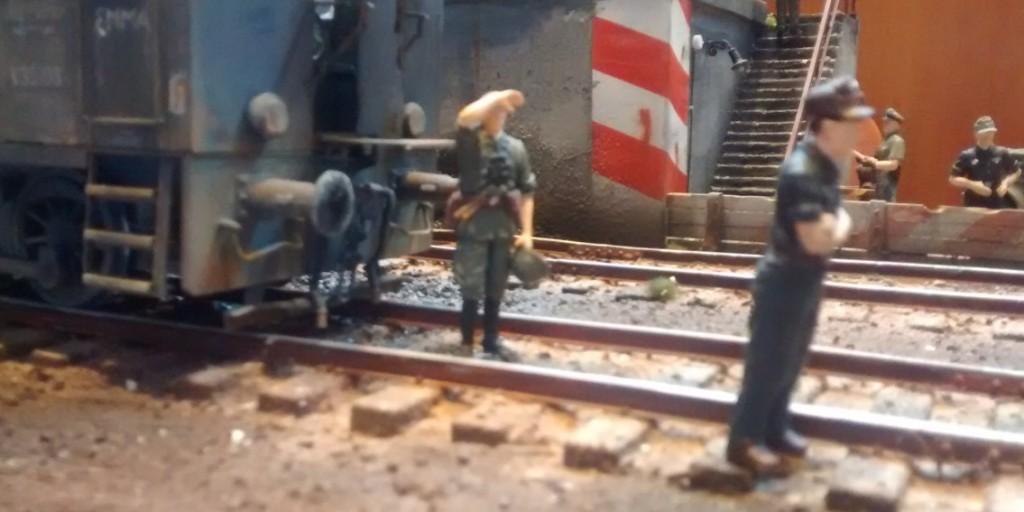 Die Diesellokomotive der Baureihe V36 der Reichsbahn ist bereit, vor den Tragschnabelwagen gekuppelt zu werden.
