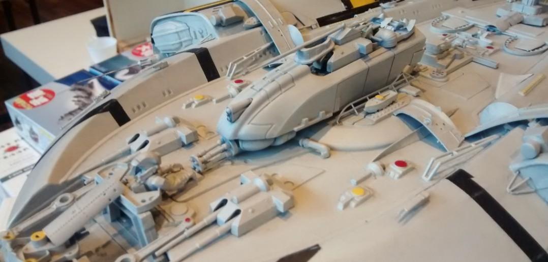 Ein weiteres Raumschiff zeigt sich hier. Die schweren 38cm-Geschütztürme der Bismarck wurden sicher auf moderne Lasertechnik umgerüstet.