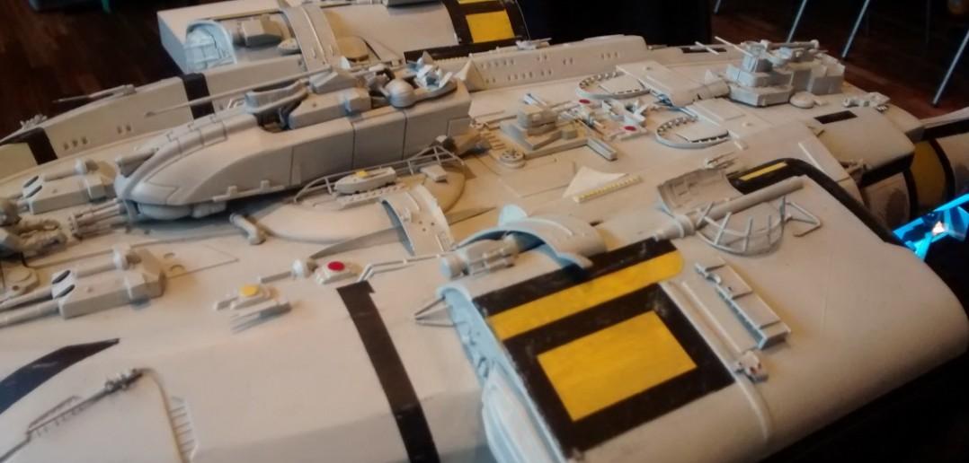 Ein Hauch von Raumschiff Enterprise und Star Wars liegt in der Luft. Das Modell ist wirklich gelungen.