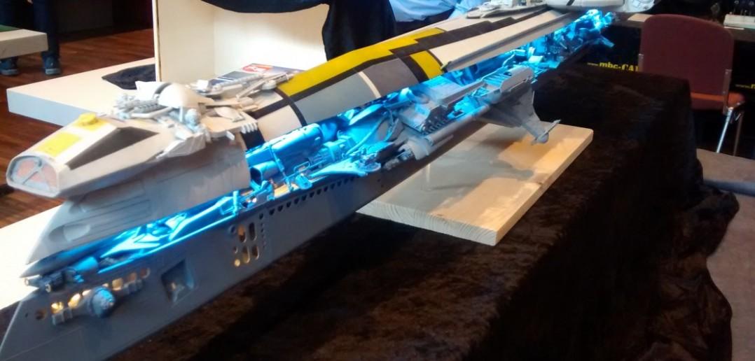 Dieses Modell eines Raumschiffs besticht durch ausgefallene optische Effekte. Das blaue Licht flutet aus den Öffnungen des Rumpfes und zieht das Auge des Betrachters magisch an.