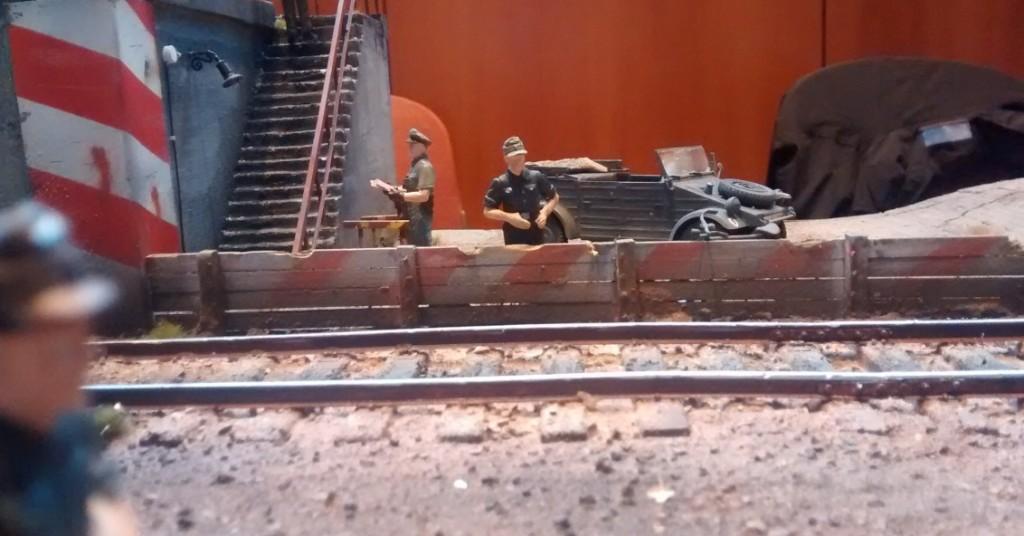 Der Fahrer des Kfz.1 Kübelwagen VW Typ 82 (l.gl.Pkw Typ K1) wartet auf seinen Offizier, der oben am Kohlenkran bei der Befehlsausgabe steht.