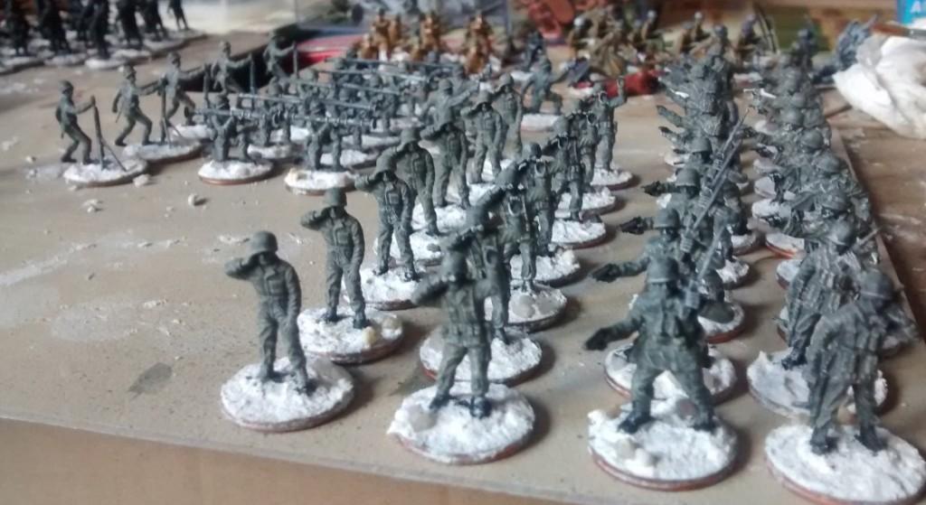 Das Matchbox Set P5002 American Infantry mit ersten Figuren, die bereits fertig gebased und mit Schwarz und Weiss grundiert sind Die Uniformfarbe ist ebenfalls schon aufgetragen.