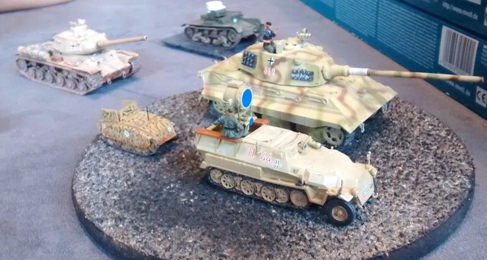 """Mittlerer Ladungsträger Springer Sd.Kfz. 304, Panzerkampfwagen VI Ausf. B Tiger II (Sd.Kfz. 182), mittlerer Schützenpanzerwagen Sd.Kfz. 251/20 """"UHU"""""""