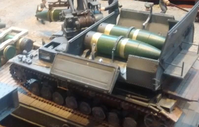 Hier der Munitionsschlepper Panzer-IV-Fahrgestell mit geöffneter Munitionskammer. Zwei 60cm-Granaten befinden sich in der Munitionskammer.