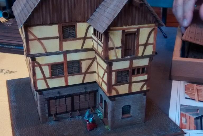 Ändert man die Perspektive, wird aus dem verwunschenen Steinhaus des eiligen Zauberers ein stattliches Gebäude einer mittelalterlichen Stadt.