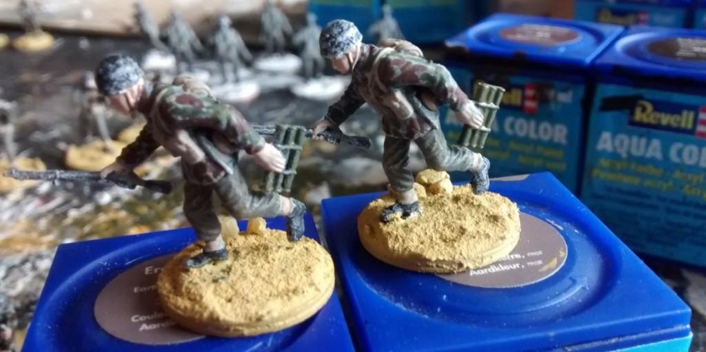 Die beiden British Paratroopers führen eine Munitionsbox zu ihrem 60mm-M2-Mortar