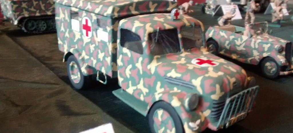 Der 2,5to Steyr 1500 AS der Armee Ungarns aus dem Jahr  1941. Der 8-Zylinder-Motor des Sanitätsfahrzeugs leistet 85 PS, ausreichend für eine Spitzengeschwindigkeit von 100 km/h auf der Straße.