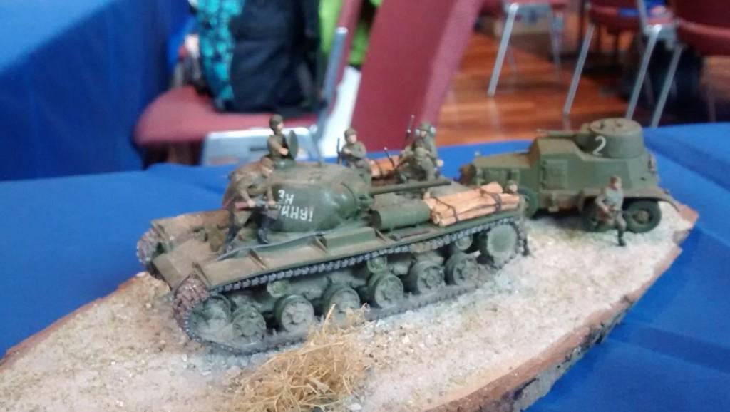 Ein russischer Kampfpanzer des Typs KV-I und der 6-Rad-BA-3/6 (Broneavtomobil 3/6)