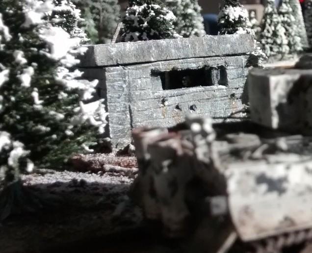 Panzerkampfwagen VI Tiger I passiert Bunker im Wald