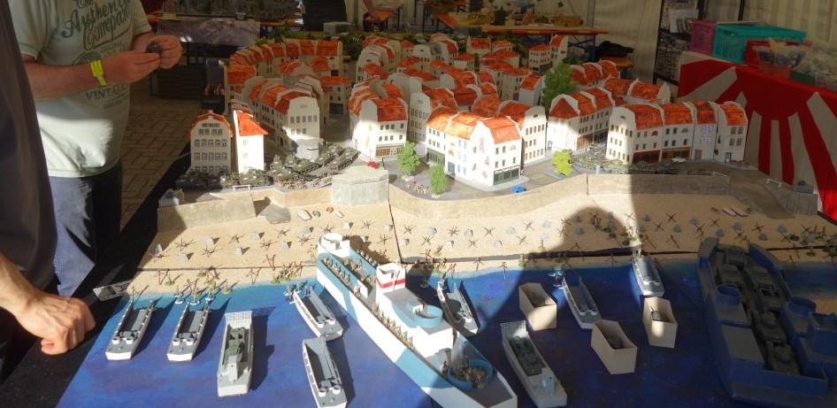 Mal von ganz vorne geblickt. Doncolors große Landungsschiffe und andere Landungsboote bei Juno Beach im Einsatz.