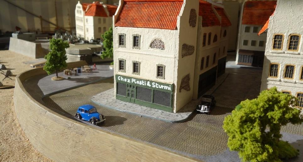 """""""Chez Plasti & Sturmi"""" - dies ist nicht nur der Name des hier sichtbaren Bistros. Das ist auch unser Motto, nach dem wir unsere Besucher und Gäste am Stand von Saint-Aubin-Sur-Mer willkommen heißen und zu einem Game """"Shermanjagd"""" einladen."""