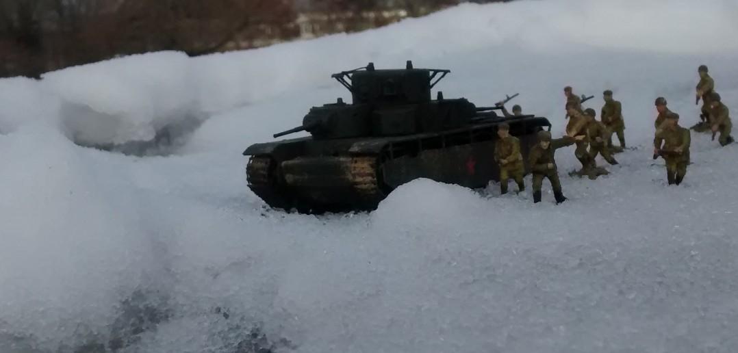 T-35 im Angriff mit Begleitinfanterie