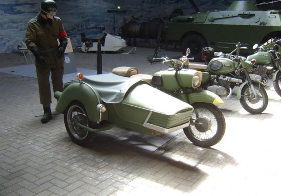 Diese Gruppe Krafträder, Beiwagenkräder und Schützenpanzer der NVA ( teils UdSSR ) aus dem Oorlogsmuseum Overloon nehme ich auch in das NVA-Forum auf