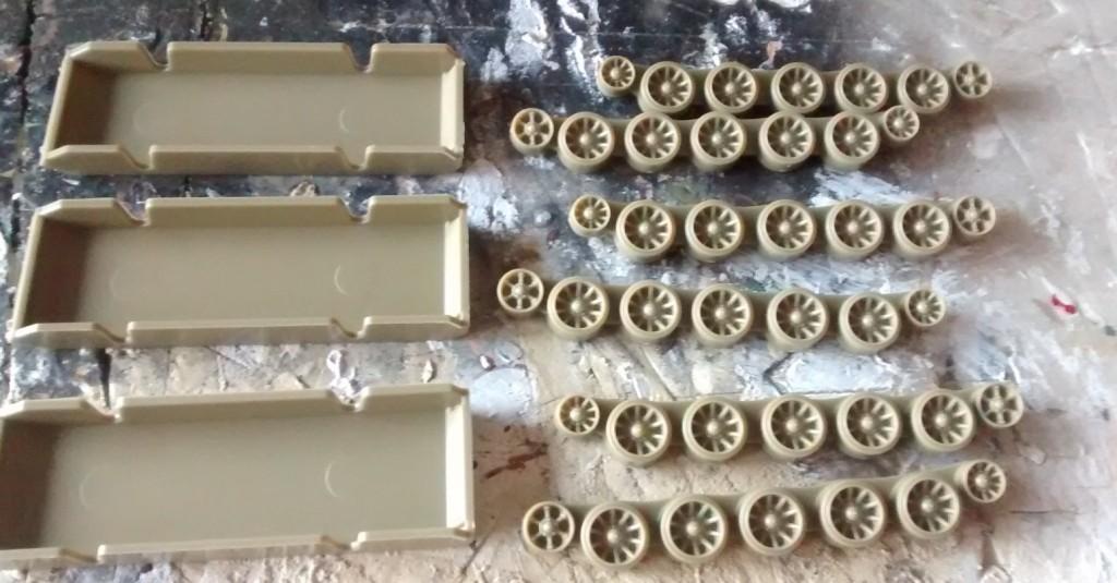Hier das Fahrwerk des PSC T-34. in Teilen: drei flotte Stücke für eine zügige Montage.