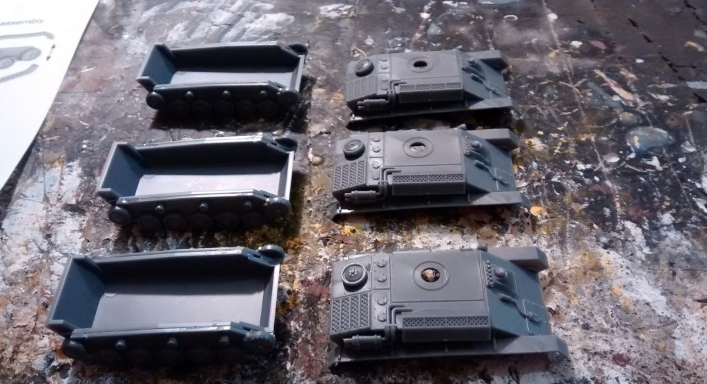 Hier die Ergebnisse der ersten Teilmontage. Die Laufwerke sind am Chassis des T-70 angebracht. Auf der Panzerwanne habe ich erste Einzelteile angebracht.
