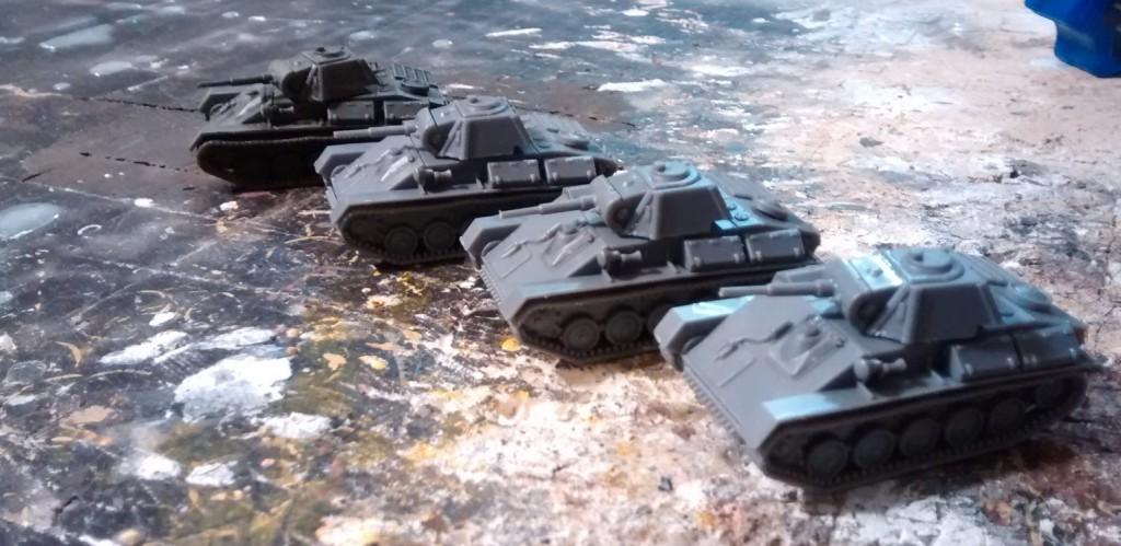 Und hier die fertigen Kandidaten. Links hinten steht einer der T-70 vom StoI zum Vergleich.