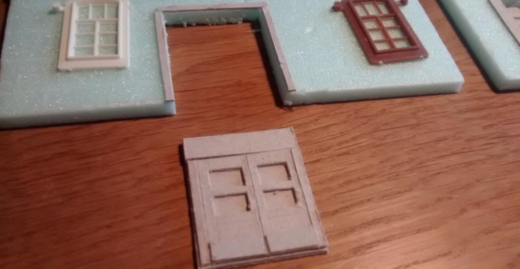 Die aus Pappe gefertigten Tür- und Tor-Einsätze lassen eine vielfältige und variantenreiche Gestaltung der Hauseingänge zu.