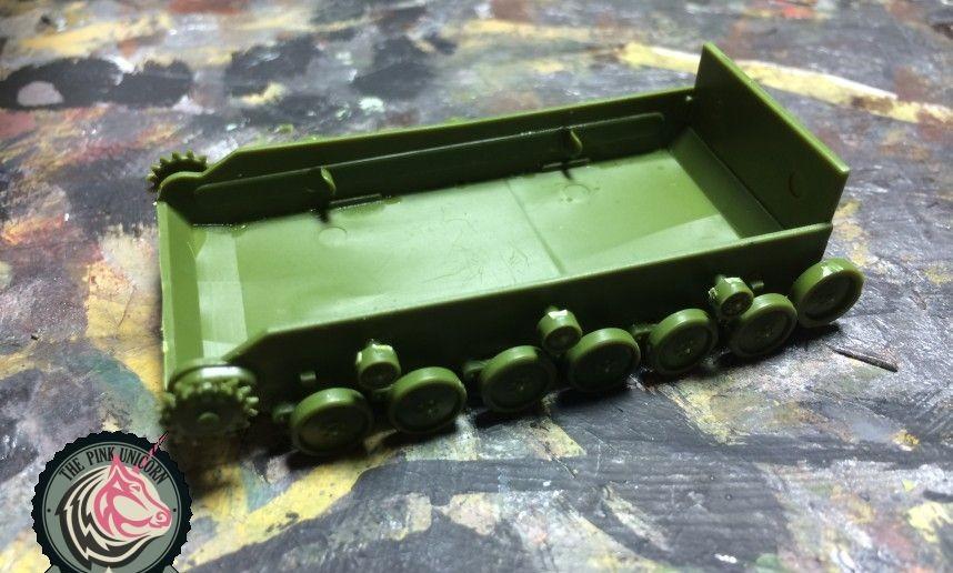 Als nächstes bekommt die SU-76 von UM die Laufrollen angesetzt.