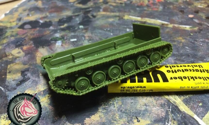 Die Montage der Panzerketten der SU-76 von UM ist eine üble Frickelarbeit, da sie aus einzelnen Stücken zusammengebaut werden muss. Der UM-Bausatz No. 304 hält auch für den Könner Panzerschmied einiges an Überraschungen bereit.. Über eine volle Stunde sitzt er an den Ketten der SU-76.