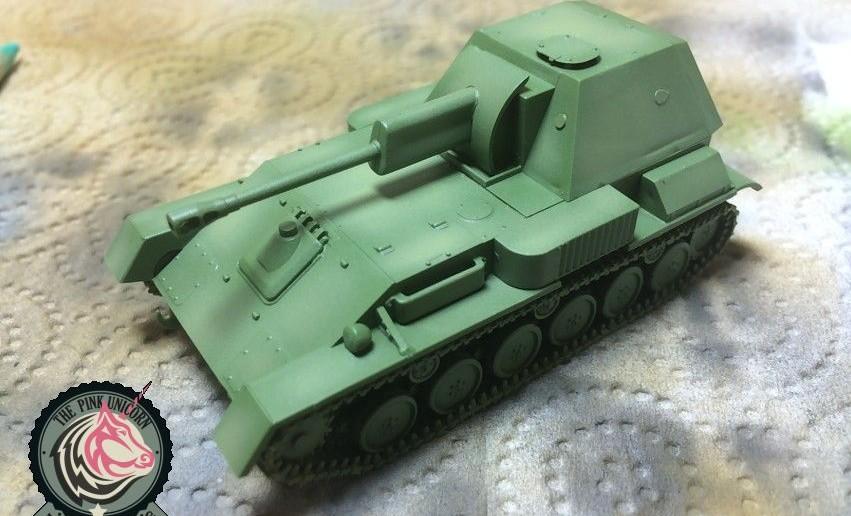 Die SU-76 bekommt mit der Air-Gun ihre Grundierung. Der Panzerschmied arbeitet schon lange mit Airbrush und das merkt man auch.