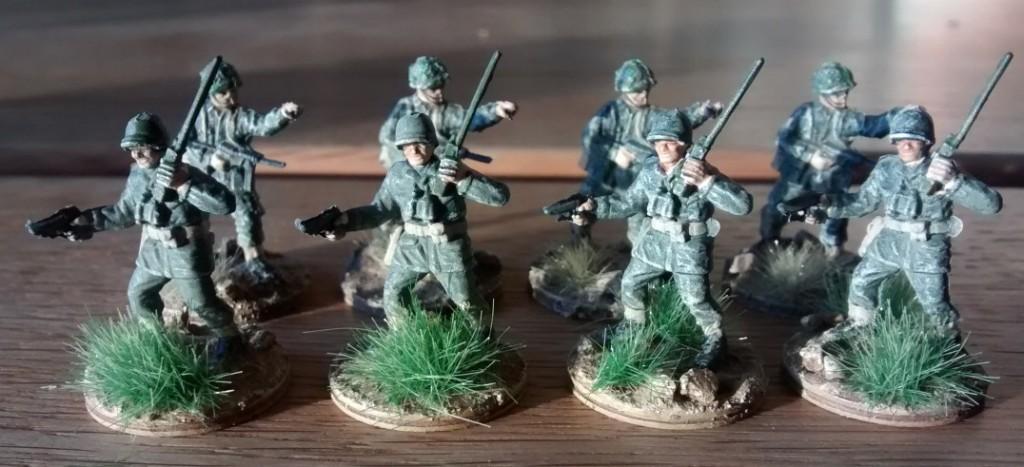 Die vier Offiziere und vier Funker der ersten vier 10er-Trupps des 1. Bataillon.