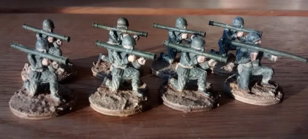 Schwere Waffen für das 1. Bataillon: pro 10er-Trupp kommen zwo Bazooka-Schützen zum Einsatz. Wie man erkennen kann, haben die Matchbox-Figuren nicht ausgereicht. Ein Airfix-US-Infanterist ist mit von der Partie.