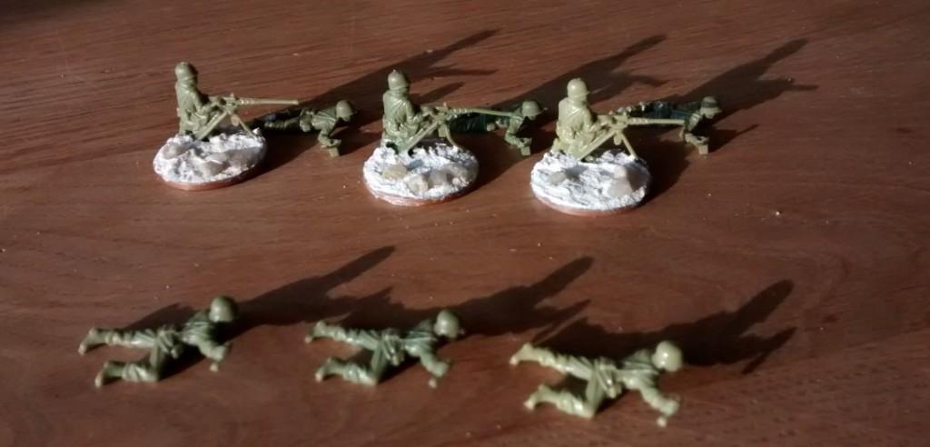 Drei schwere MGs aus dem Matchbox Set P5002 American Infantry. Die Bediener zum schweren MG sind auch dabei. Diese und die drei neuen (liegenden) Bediener für die Granatwerfer werden vor dem Bemalen nicht gebased.