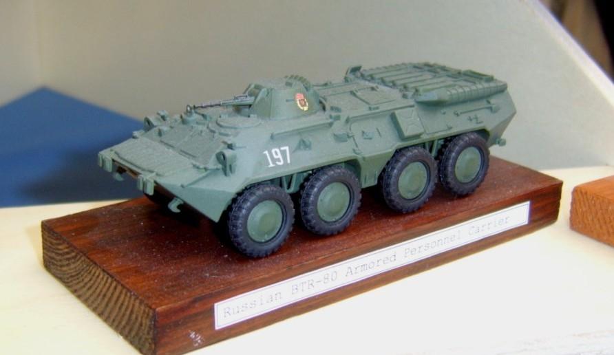 BTR-80, Schützenpanzer einer russichen Gardeeinheit, wie er auch bei der NVA eingesetzt wurde.