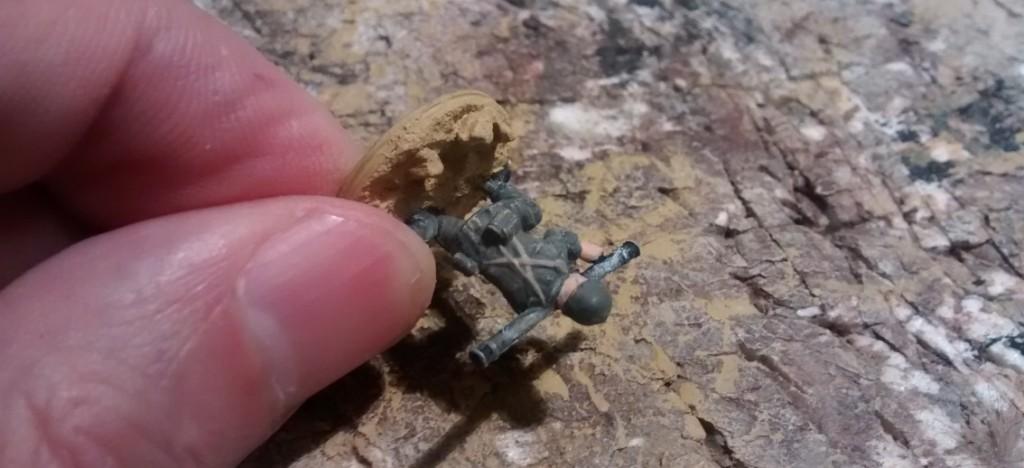 """Bemalen eines Bazooka-Schützen aus dem Matchbox-Set """"American Infantry"""". Hier wird gerade die Farbe Beige aufgetragen."""