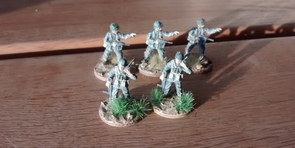 Die Offiziere der Combat Support Group sind bereits angetreten. Der dritte Funker liegt noch in der Koje... Am Wochenende wird er kommen. Gebased ist er schon...