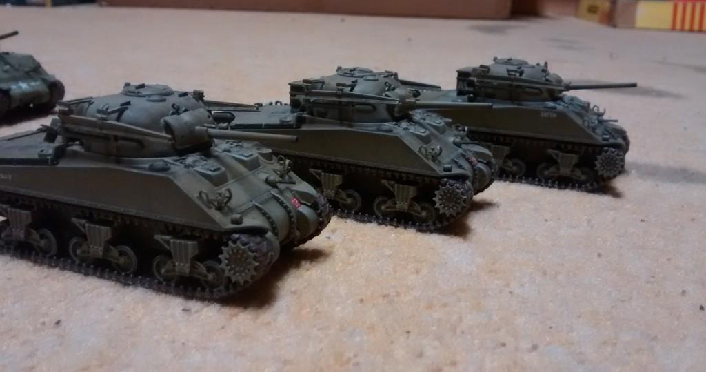 """Von Dragon Armor: drei M4 Sherman Tulip mit den  """"60 lb"""" (27 kg) high-explosive 3-inch rockets"""", die bei der Überquerung des Rheins von den 1st Coldstream Guards benutzt wurden."""