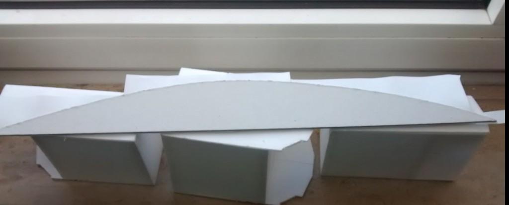 Diese mit PONAL geklebten Gehsteigplatten liegen zum Trocknen auf der Fensterbank in der Sonne.