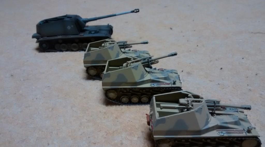 """Ein Handmade """"Sturer Emil"""" (SFL (auch JP) mit KwK (eine Version der 12,8-cm-Flak 40). Selbstfahrlafette L/61) eines befreundeten Modellbauers, liebevoll mit Airbruchtechnologie gefinishtes Modell und drei Panzerhaubitze Wespe (Sd. Kfz. 124) , die selbstfahrende Feldhaubitze der deutschen Wehrmacht auf Basis Fahrgestell Panzer II"""