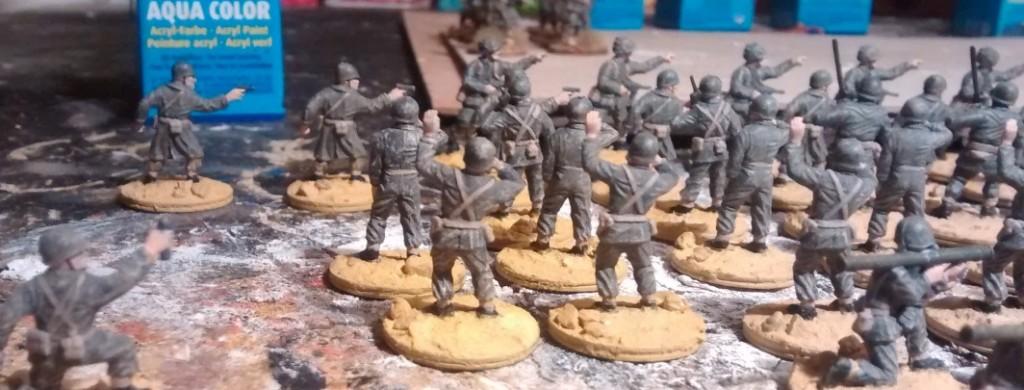 Das Offizierskorps ist etwas stärker vertretren. Traditionsgemäß bemale ich die Offiziere und Funker einer neu einzukleidenden Einheit zuallererst.