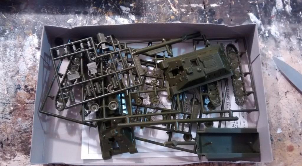 """Inhalt des Pegasus-Bausatz Nr. 7664 """"SU-122"""". Some Assembly Required wird versprochen und gehalten."""