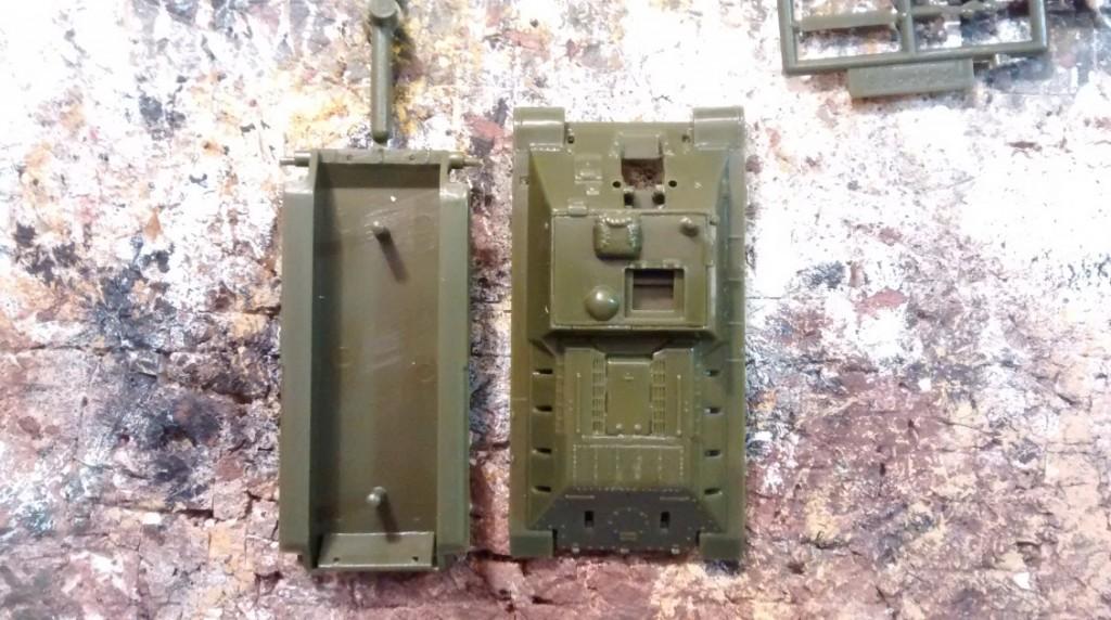 Die Wanne des SU-122 wird recht flott aus zwei Bauteilen montiert.
