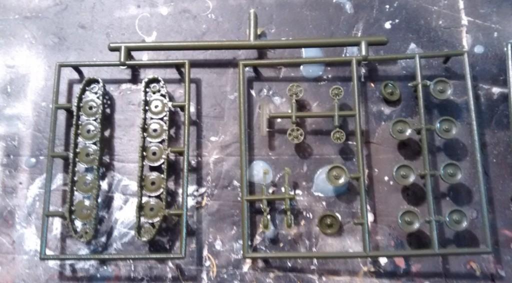 Das Laufwerk für die SU-122 kann ebenfalls flugs montiert werden. Die Bauteile passen bestens. Kunstgriffe sind nicht nötig.
