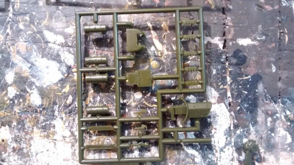 Der Gussast für die Wumme der SU-122 bietet neben der 122mm-Haubitze in wenigen Teilen noch einiges an Gerödel.