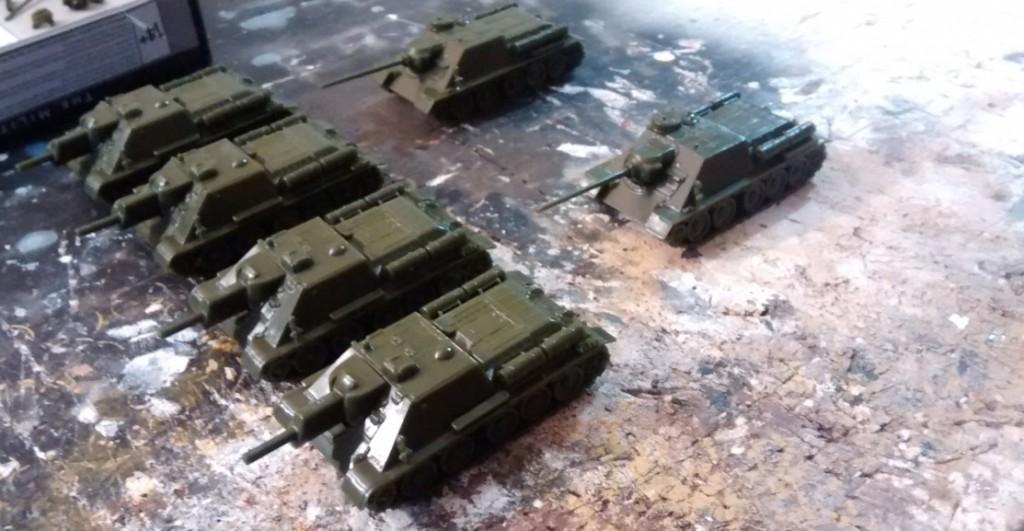 Hier nochmal ein Blick von der anderen Seite auf die vier SU-122 und die beiden SU-85M.