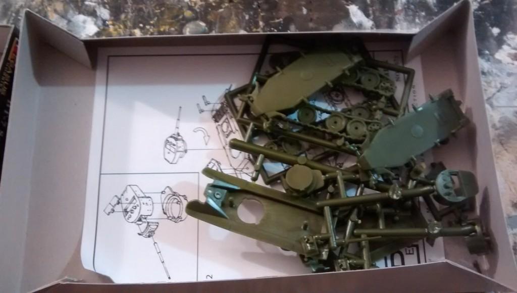 """Inhalt des Pegasus Bausatz 7673 """"BT-7 Soviet Light Tank"""""""