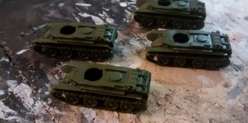 Fertig montierte Wanne und Panzerkette des BT-7