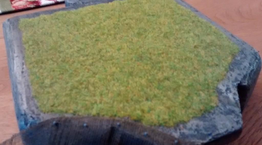 Hier der fertige und vor allem gebürstete Grasbewuchs auf der Bunkerdecke des Regelbau M 272 Schießschartenstand 120°