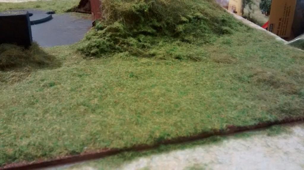 Hier die unterschiedlich langen Grashalme im Einsatz auf ebenen Flächen und an der Erdaufschüttung seitlich am Regelbau M 272.