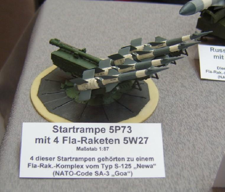 """Eine Startrampe 5P73 mit vier Fla-Raketen 5W27 """"S-125"""" Newa der NVA. NATO-Code: SA-3 """"Goa"""""""