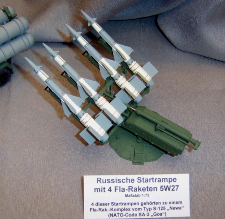 """Eine Startrampe mit 4 Fla-Raketen 5W27 des """"Komplex"""" S-125 """"Newa"""" der NVA. NATO-Code: SA-3 """"Goa"""""""