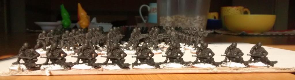 Vorm Frühstück... habe ich dann auch mal gleich die 9 Funker für die 99th Infantry Division grundiert. Wenn man schon mal dabei ist...