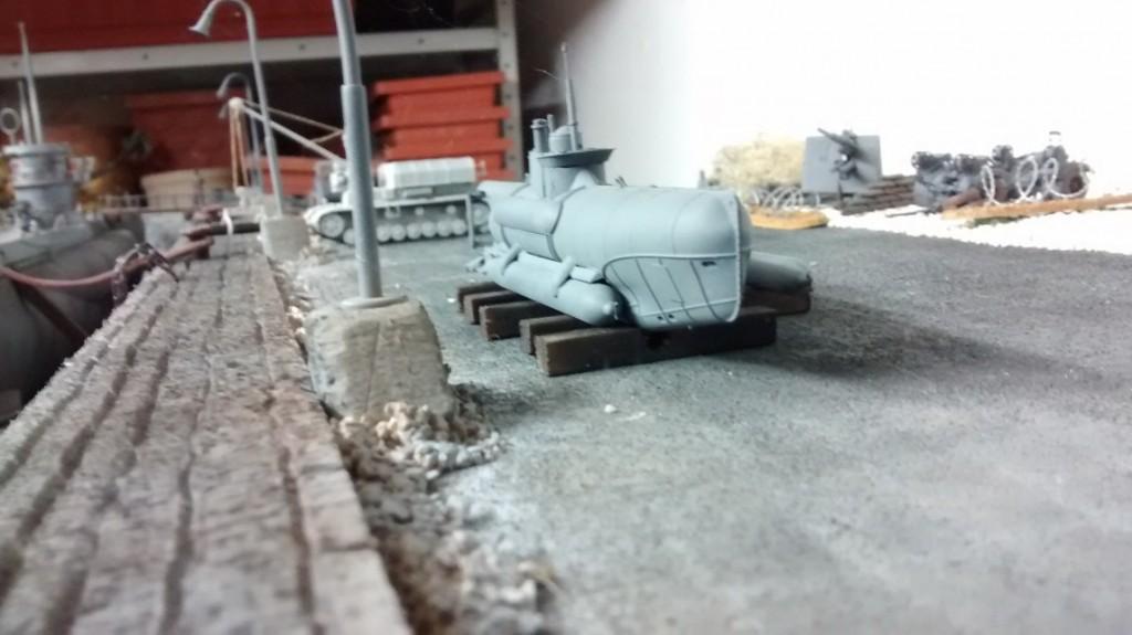 Der Seehund auf der Pier - und vor allem auf Holzbalken. Acht-Acht und der Munitionspanzer IV sind ebenfalls zu erkennen.